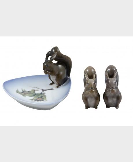 Lautanen ja figuriineja, 2 kpl