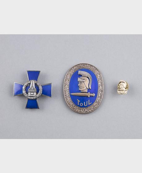 Kaartin risti ja Toimiupseeriliiton merkki