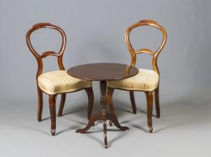 Tuoleja, 2 kpl ja pöytä