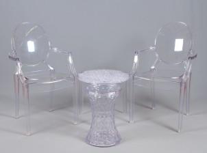 Tuoleja, 2 kpl ja pöytiä, 2 kpl