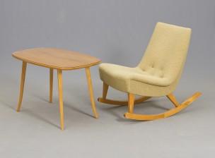 Keinutuoli ja pöytä