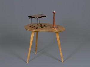Pöytä, hylly ja kynttilänjalka