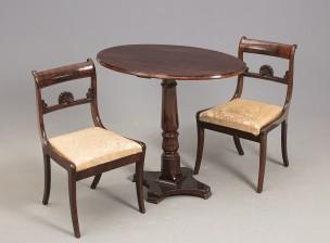 Pöytä ja kaksi tuolia