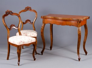 Pelipöytä ja tuolipari