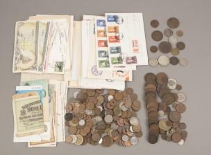 Erä rahoja ja postimerkkejä, ym.