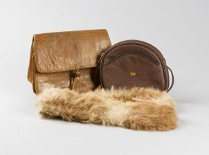 Käsilaukkuja, 2 kpl ja turkiskauluri
