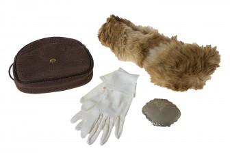 Laukku, puuhka, puuterirasia ja käsineet