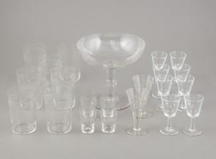 Jalallinen kulho ja laseja ja pikareita, n. 20 kpl