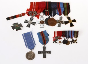 Erä kunniamerkkejä ja miniatyyrejä