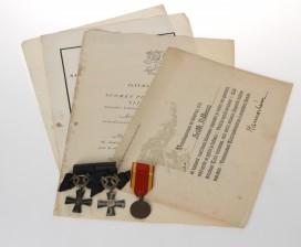 Kunniamerkkejä, 3 kpl ja luovutuskirjoja