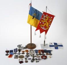 Erä mitaleita ja lippuja