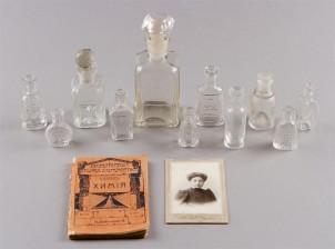 Hajuvesipulloja, 11 kpl, valokuva ja kirja