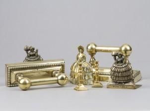 Ovenkahva-, kirjatuki- ja kynttilänjalkapari ja soittokello