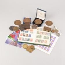 Erä pöytämitaleita, postimerkkejä ym.