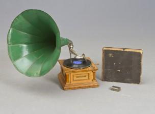 Grammofoni, äänilevyjä, 17 kpl ja neuloja