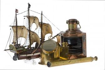 Laivalyhty, kaukoputki, kompassi ja laivamalli