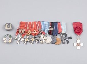 Pataljoonankomentajan kunniamerkkiripa ja 3 irrallisia merkkejä