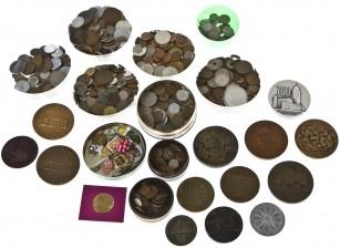Erä rahoja ja mitaleita