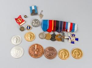 Erä kunniamerkkejä ja mitaleita