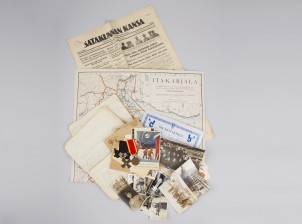 Kunniamerkkejä, 2 kpl, erä valokuvia ja dokumentteja