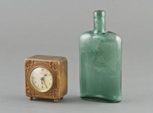 Herätyskello ja pullo