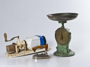Vaaka, kahvimylly, laskukone ja silitysrauta