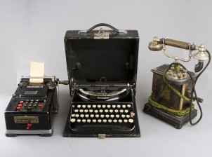 Puhelin, kirjoituskone ja laskin