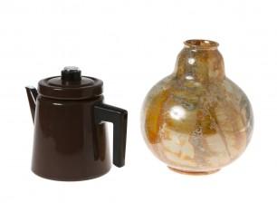 Kahvipannu ja maljakko