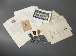 Erä kunniamerkkejä ja dokumentteja